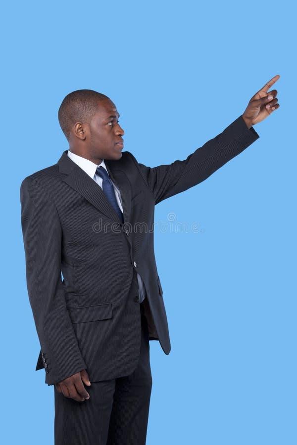 El señalar africano del hombre de negocios imagenes de archivo