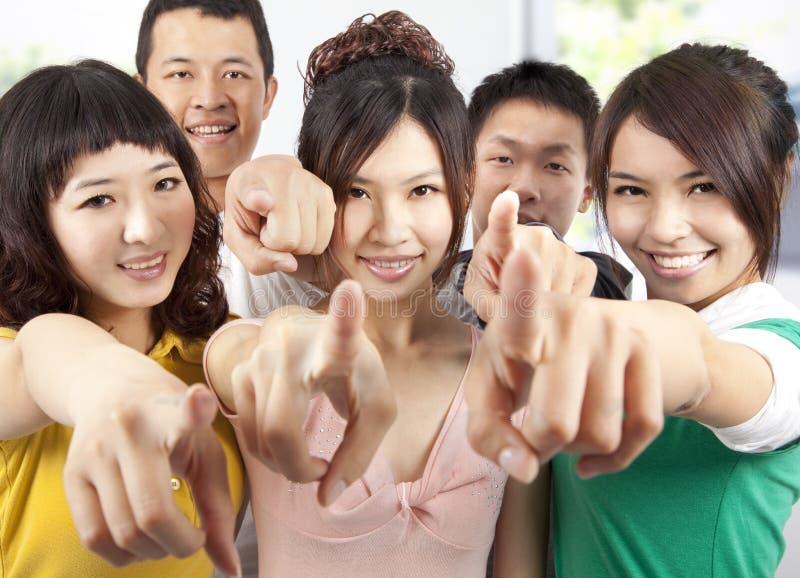 El señalar asiático sonriente de los estudiantes fotos de archivo