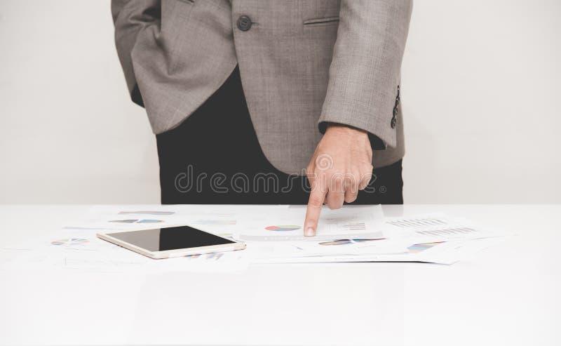 El señalar del hombre de negocios foto de archivo libre de regalías