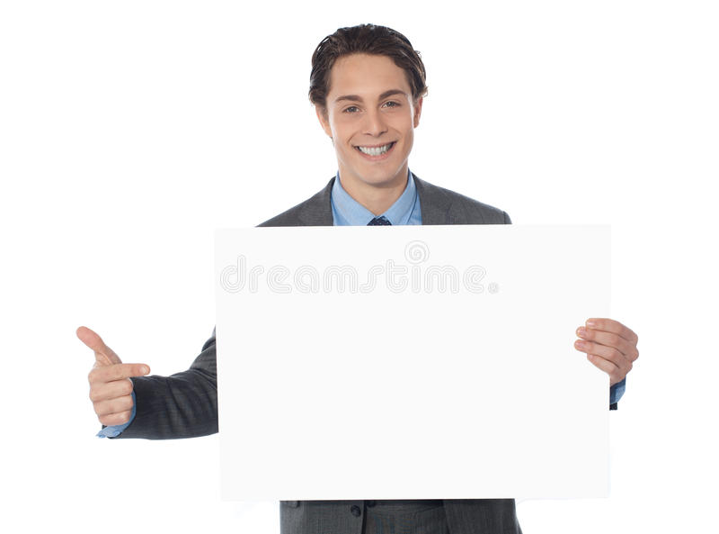 El señalar ejecutivo masculino hacia la cartelera en blanco foto de archivo libre de regalías