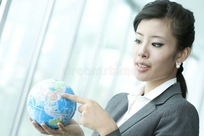 El señalar en China en el globo de la tierra imagenes de archivo
