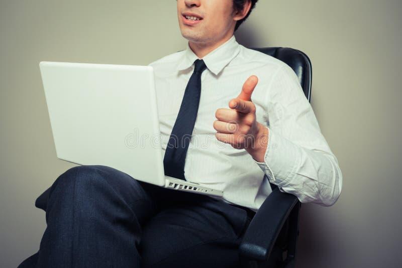 El señalar joven confiado del hombre de negocios foto de archivo