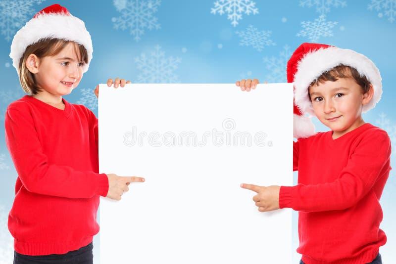El señalar que nieva de Santa Claus de la Navidad de los niños de los niños mirando el emp fotos de archivo