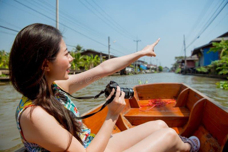 El señalar turístico de la cámara de la chica joven que celebra feliz imagenes de archivo