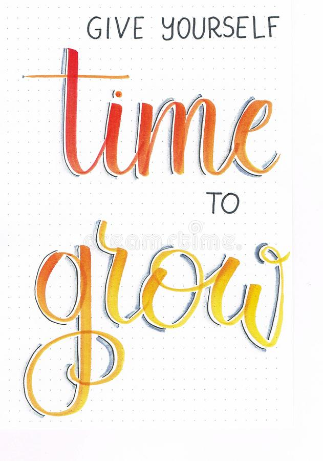 El ` se da hora de crecer la mano del ` que pone letras a cita de motivación en naranja con las sombras del gris libre illustration