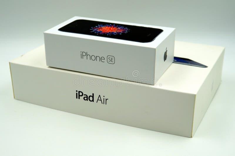 El SE del iPhone de Apple y el iPad ventilan la caja al por menor foto de archivo libre de regalías