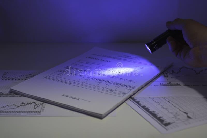 El secreto documenta la lectura Foto del extracto de la luz ultravioleta imagen de archivo libre de regalías