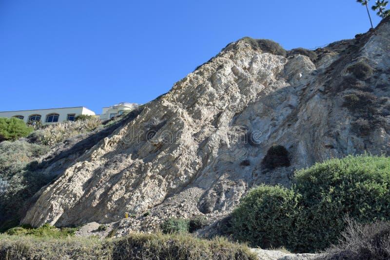 El sedimentery geológico levantado acoda en un peñasco en la playa de la cala de la sal en Dana Point, California imagen de archivo
