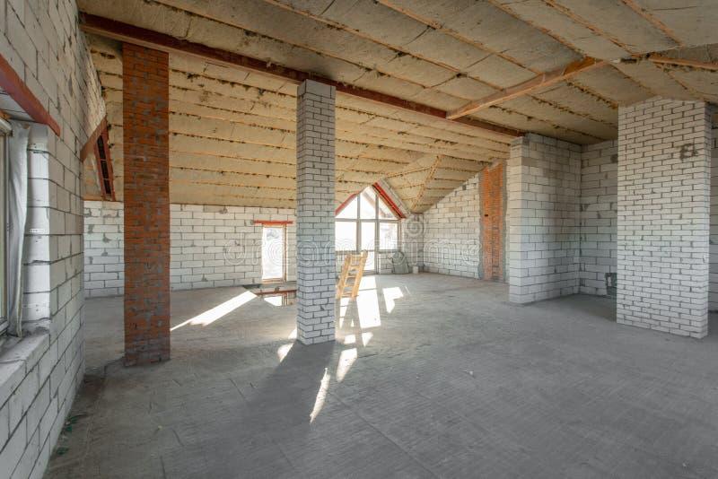 El segundo piso del ático de la casa revisión y reconstrucción Proceso de trabajo de calentarse dentro de la pieza del tejado Cas foto de archivo libre de regalías