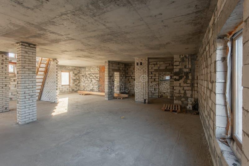 El segundo piso del ático de la casa revisión y reconstrucción Proceso de trabajo de calentarse dentro de la pieza del tejado Cas fotografía de archivo