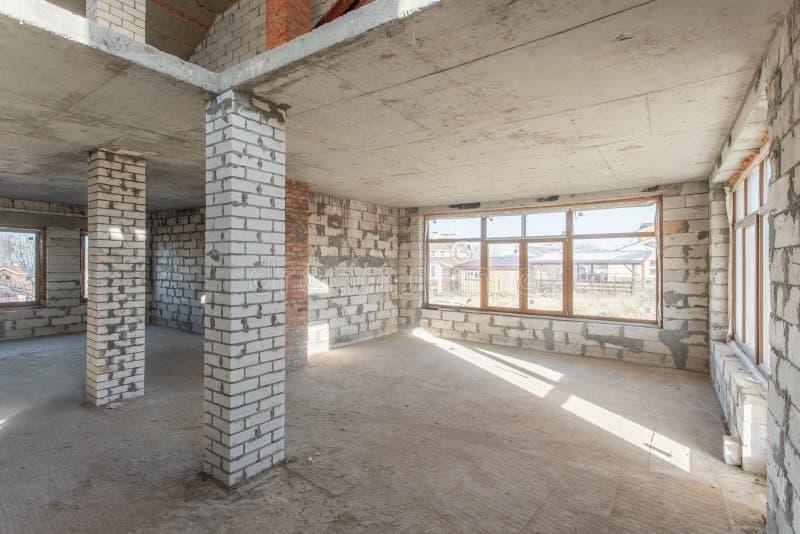 El segundo piso del ático de la casa revisión y reconstrucción Proceso de trabajo de calentarse dentro de la pieza del tejado Cas fotos de archivo