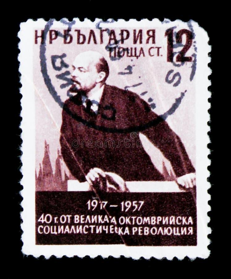 El sello de Bulgaria muestra el retrato de V Lenin, 40 años de aniversario de la revolución de octubre, circa 1957 imagen de archivo libre de regalías