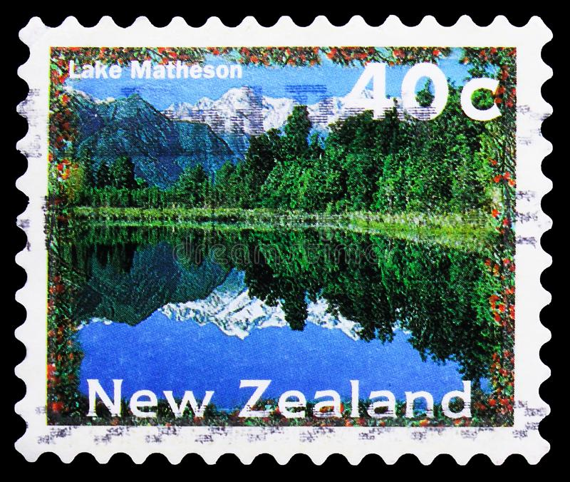 El sello de Postage impreso en New Zealand muestra Lake Matheson, Scenery Definitives 1996-2004 serie, alrededor de 1996 fotografía de archivo