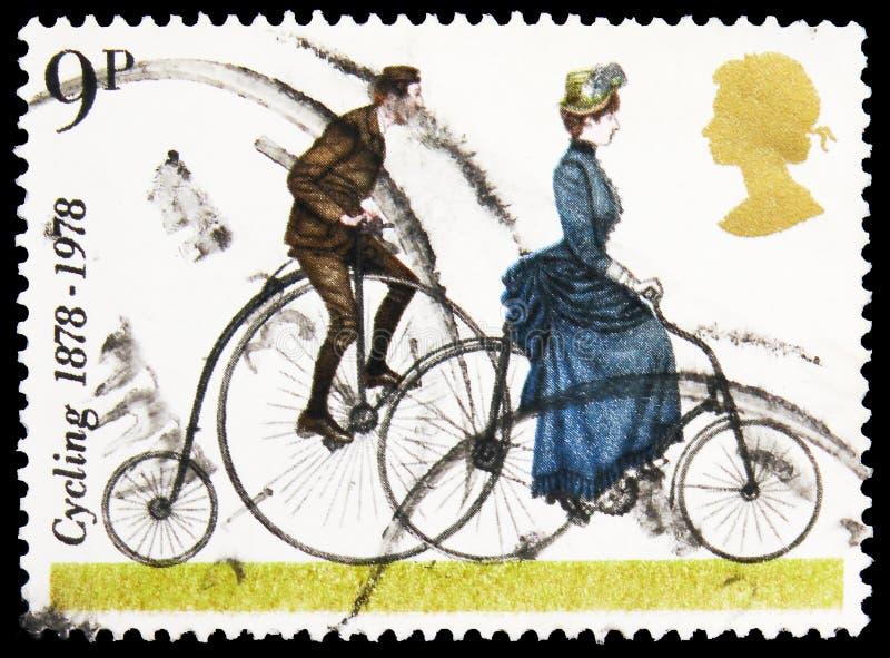El sello de Postage impreso en el Reino Unido muestra 'Penny-farthing' y 'Safety Bike' de 1884, Cycling serie, alrededor de 1978 imagen de archivo libre de regalías
