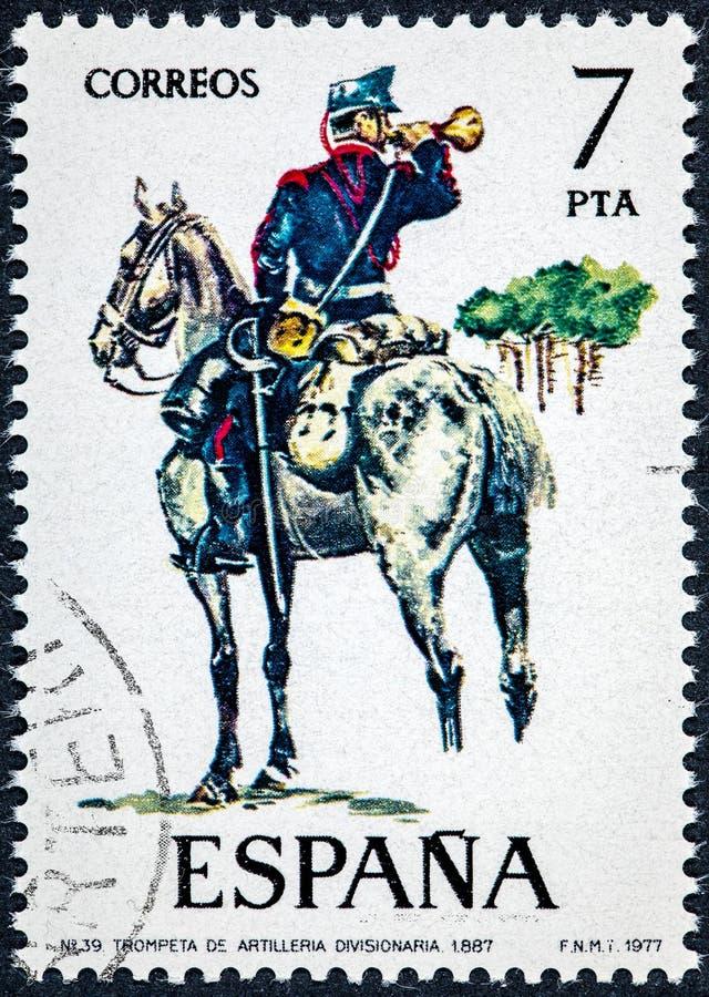 El sello impreso en España muestra la trompeta de la artillería divisional 1887 imagen de archivo libre de regalías
