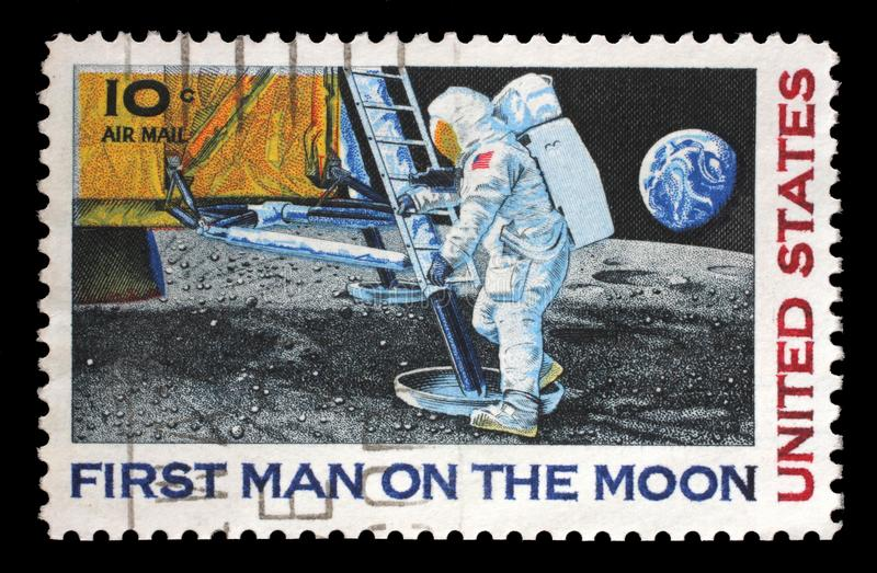 El sello impreso en los E.E.U.U. muestra al astronauta Neil Armstrong en la luna foto de archivo