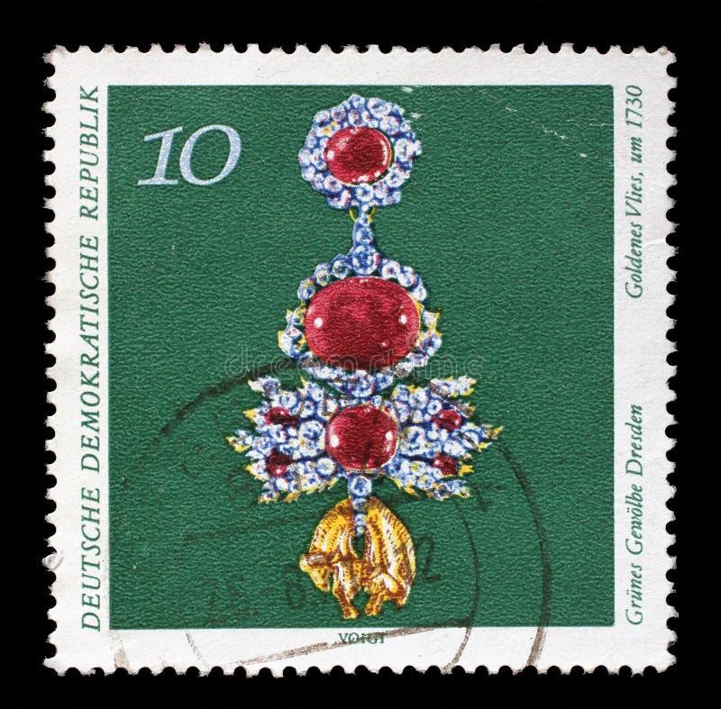 El sello impreso en RDA del arte, el problema de Grnes Gewolbe Dresden muestra el paño grueso y suave de oro imagenes de archivo
