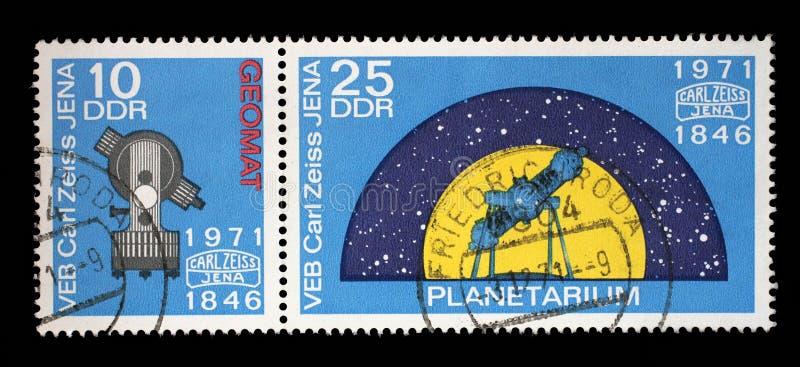 El sello impreso en RDA el 125o aniversario del problema de Carl Zeiss Jena muestra Geomat y el planetario foto de archivo
