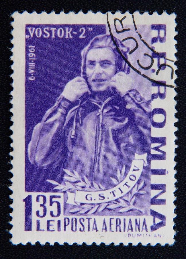 El sello impreso en Rumania muestra el retrato del cosmonauta soviético Georgy Titov, circa 1961 imagen de archivo libre de regalías