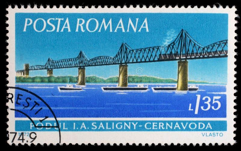 El sello impreso en Rumania muestra el puente de Saligny, Cernavoda imagenes de archivo