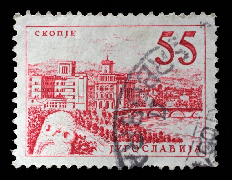 El sello impreso en Yugoslavia muestra un puente en Skopje imagen de archivo libre de regalías
