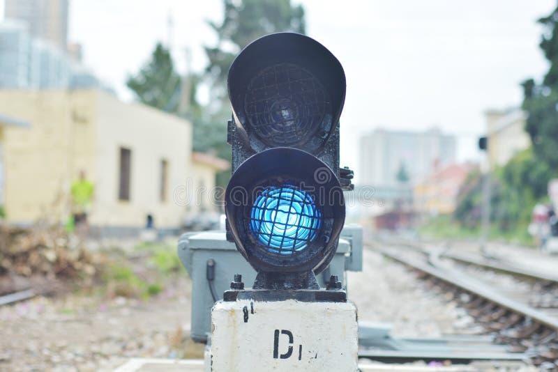 El semáforo muestra la señal azul fotografía de archivo