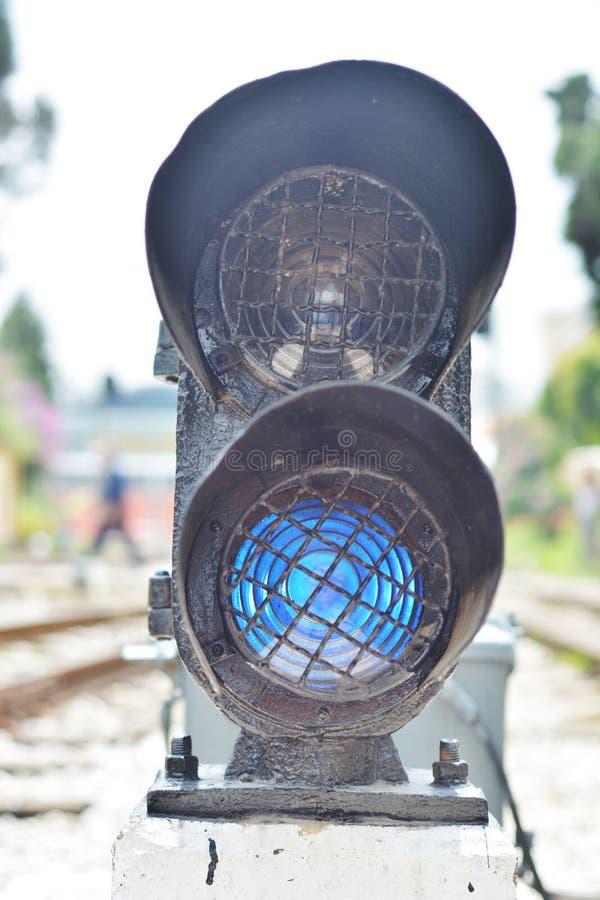 El semáforo muestra la señal roja en ferrocarril imagenes de archivo