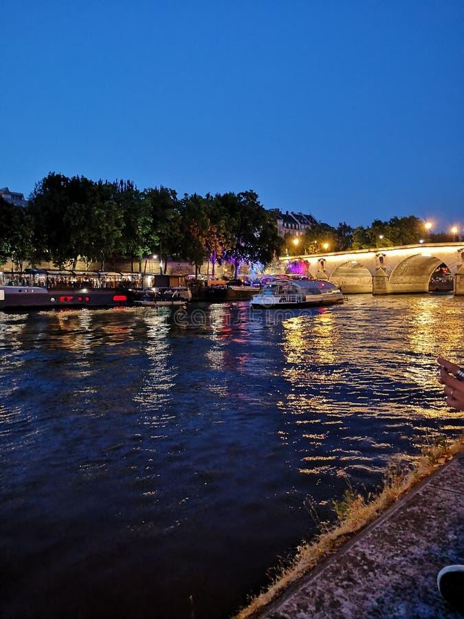 El Sena en la noche foto de archivo