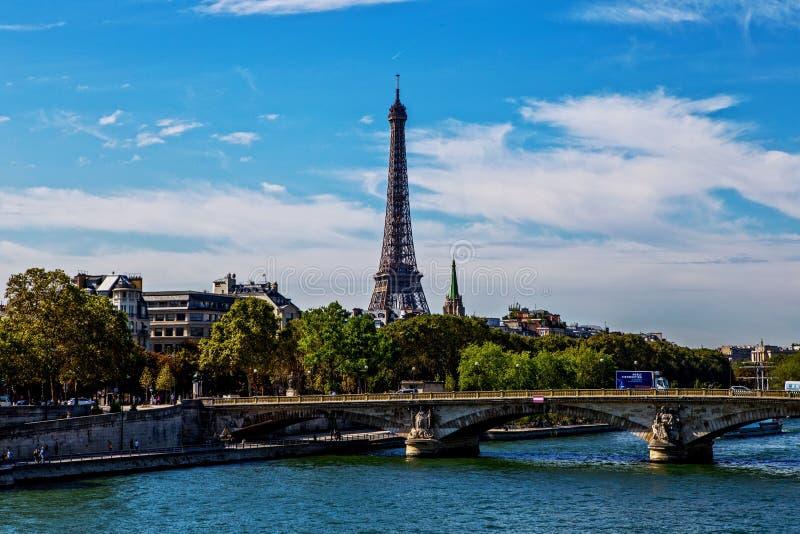 El Sena y torre Eiffel de Alexander III el tercer puente, París foto de archivo