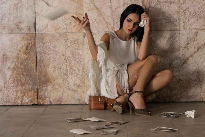 El sentarse de la mujer solo y deprimido foto de archivo