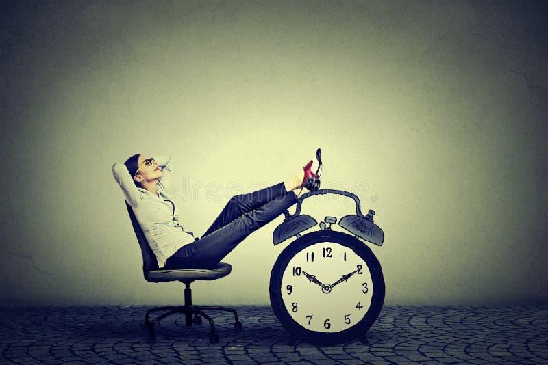 El sentarse de relajación de la mujer de negocios en oficina Concepto de la gestión de tiempo libre de la tensión fotografía de archivo libre de regalías