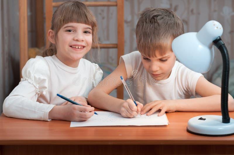 Niños que dibujan en el papel imágenes de archivo libres de regalías