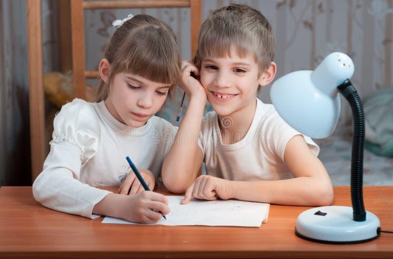 Niños que dibujan en el papel fotografía de archivo libre de regalías
