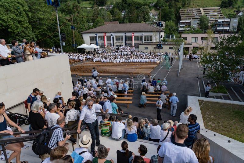 El sentarse en las nuevas escaleras en brugg del stapferschulhaus en Jugendfest Brugg Impressionen foto de archivo libre de regalías