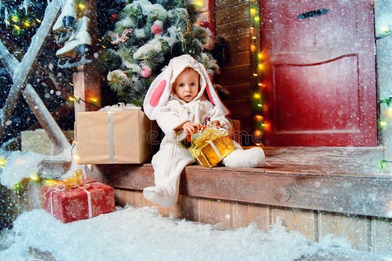 El sentarse en muchacho del conejo del pórtico foto de archivo