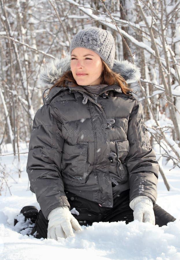 El sentarse en nieve foto de archivo libre de regalías