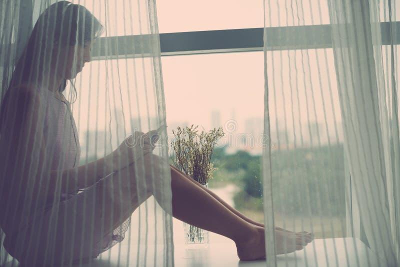 El sentarse en ventana-travesaño imagen de archivo