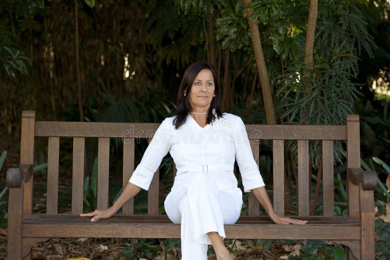 Mujer madura atractiva sola del retrato al aire libre fotos de archivo