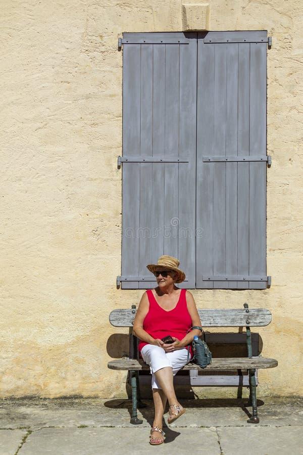 El sentarse turístico fuera de un edificio en Francia fotografía de archivo