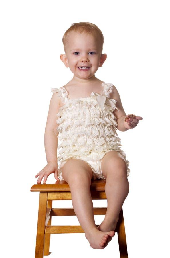 El sentarse y sonrisas imagen de archivo libre de regalías