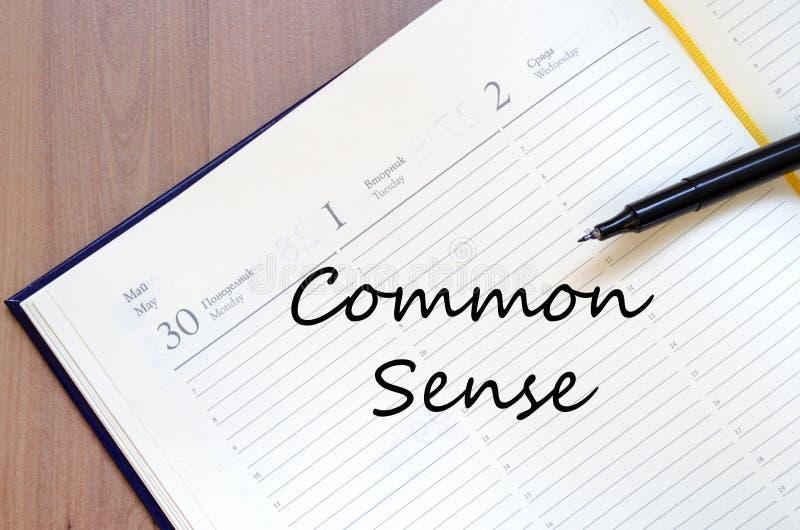 El sentido común escribe en el cuaderno fotografía de archivo