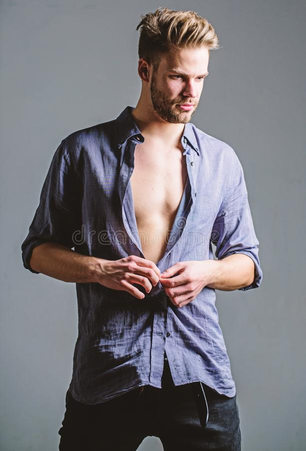 El sentirse libre y confiado Belleza masculina de la moda Machista muscular atractivo Dieta de la aptitud Deseo y tentaci?n Seis  imagenes de archivo