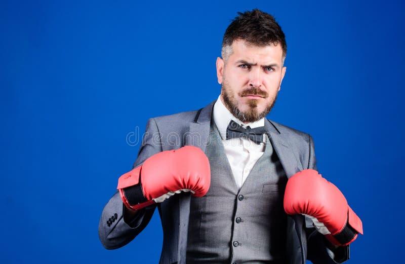 El sentirse libre y confiado hombre de negocios en traje y lazo formales ?xito del negocio y del deporte Hombre en guantes de box imágenes de archivo libres de regalías