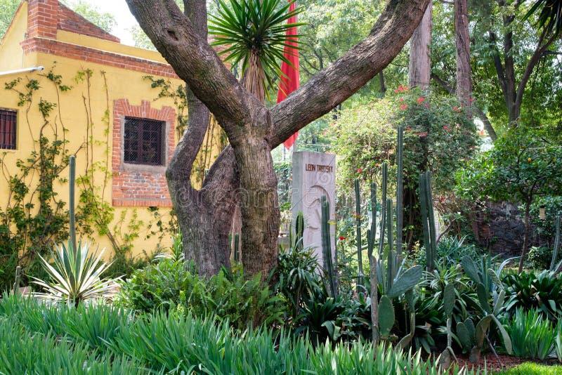 El sepulcro de Leon Trotsky en la casa en donde él vivió en Coyoacan, Ciudad de México foto de archivo libre de regalías