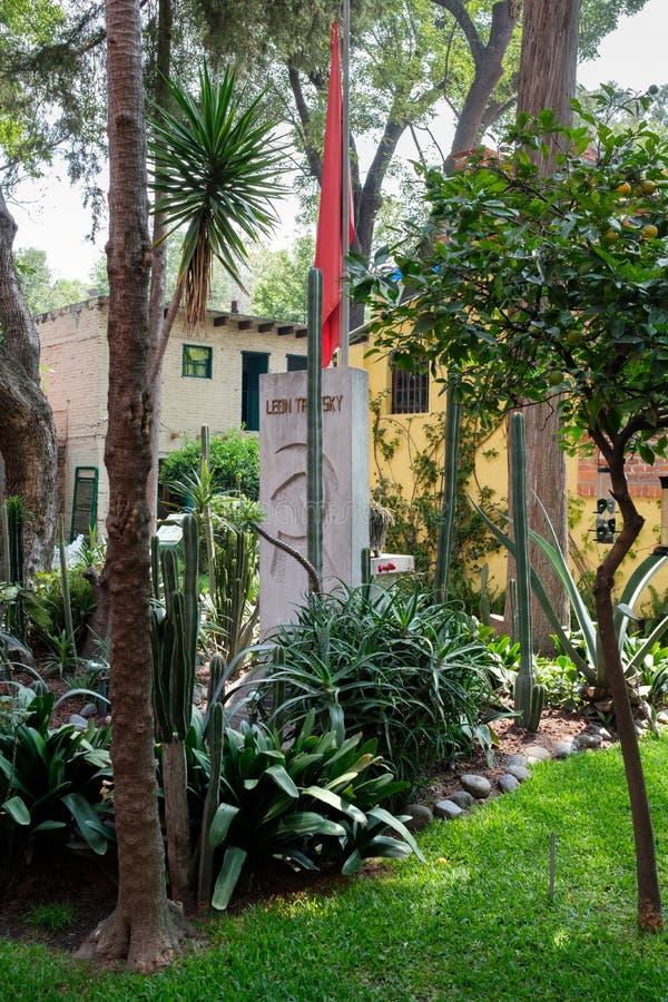 El sepulcro de Leon Trotsky en la casa en donde él vivió en Coyoacan, Ciudad de México fotos de archivo