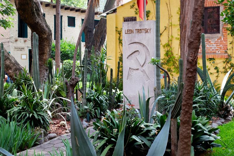 El sepulcro de Leon Trotsky en la casa en donde él vivió en Coyoacan, Ciudad de México fotografía de archivo