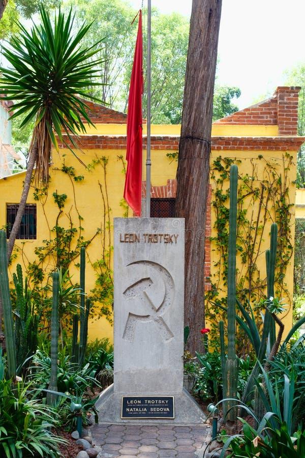 El sepulcro de Leon Trotsky en la casa en donde él vivió en Coyoacan, Ciudad de México imagenes de archivo
