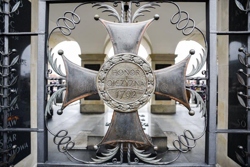 El sepulcro de un soldado desconocido en Varsovia en Polonia y una cruz con el honor y la patria de las palabras foto de archivo libre de regalías