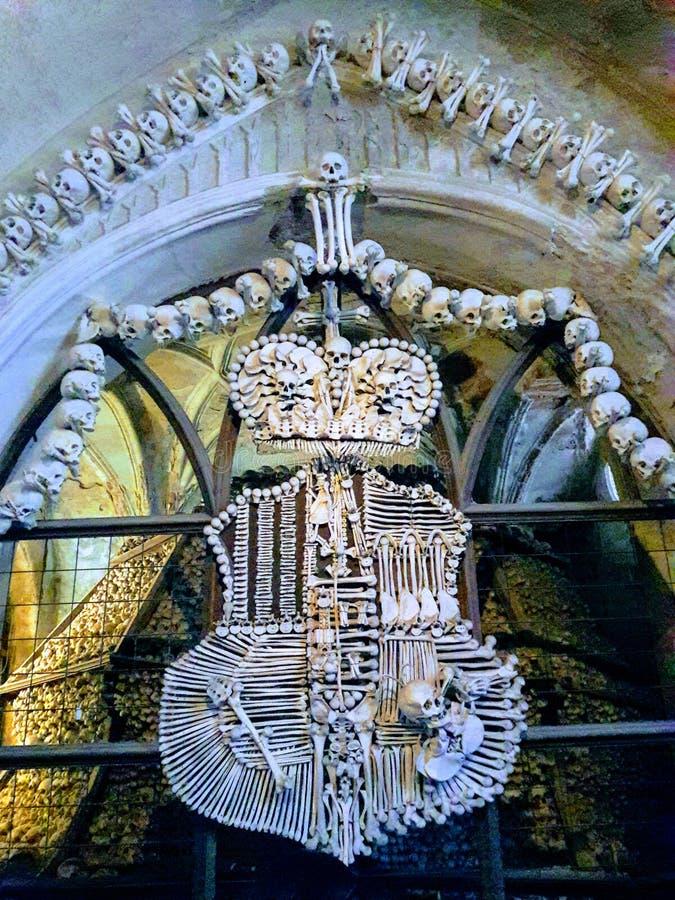 El sepulcro del museo de Praga renovó deathes góticos de la estatua de los tejedores del osario de los huesos fotos de archivo libres de regalías
