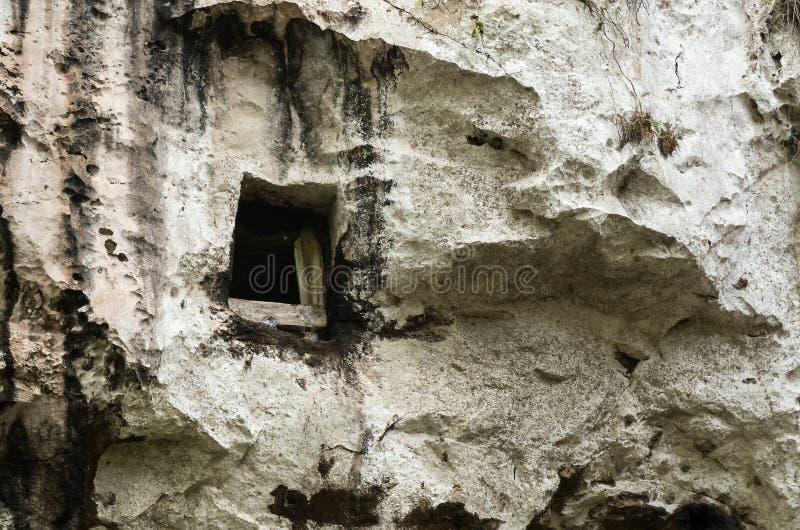 El sepulcro tradicional de la cueva de Toraja talló en la roca foto de archivo libre de regalías